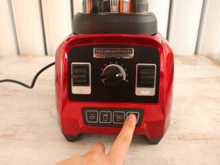 猕猴桃橙汁,打开破壁机右侧开关。一键式选择纯果汁模式即可