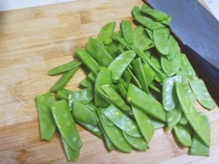 蒜香番茄荷兰豆,荷兰豆洗净后切段这样更容易入味