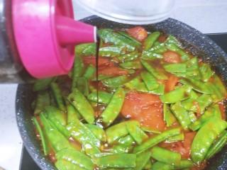 蒜香番茄荷兰豆,加入李锦记的味极鲜调味,生抽本身有咸味,所以最后加盐要慎重,荷兰豆变鼓鼓的就熟了