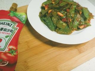 蒜香番茄荷兰豆,蒜末搅拌均匀就可以出锅了,翻炒太久荷兰豆会变得很暗,所以不要炒过头
