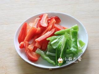 过年菜---三鲜蘑菇煲,青红椒洗净后切段