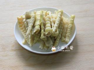 过年菜---三鲜蘑菇煲,竹笋切成与青红椒差不多长短的条