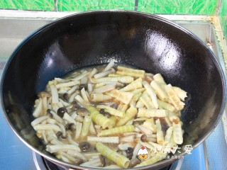 过年菜---三鲜蘑菇煲,把焯过水的杏鲍菇、蟹味菇、竹笋,过了油的肉条放入锅里焖煮五分钟
