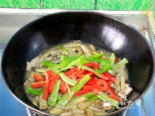 过年菜---三鲜蘑菇煲,起锅前放入青红辣椒