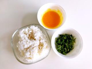 香菜芝士饭团~剩米饭也有春天,香菜洗干净切碎,剩米饭微波炉加热一下