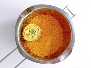 香菜芝士饭团~剩米饭也有春天,取一个饭团放进面包糠里,让饭团裹满面包糠