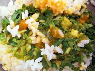 香菜芝士饭团~剩米饭也有春天,米饭,鸡蛋,香菜倒到大一点的容器里面,用手(戴上一次性手套)抓均匀