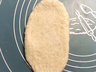 巧克力双色吐司面包,每个小面团擀成长椭圆形。