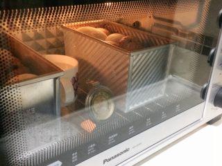 巧克力双色吐司面包,发酵至8分满取出杯子。