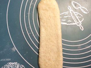 巧克力双色吐司面包,每个小圆柱擀长,翻面,平行于自己的身体。