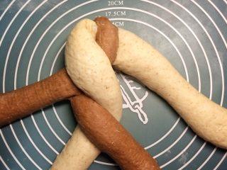 巧克力双色吐司面包,第二条抬起,放到第三条的位置。