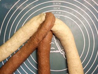 巧克力双色吐司面包,第四条抬起,放到第二条的位置。