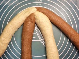 巧克力双色吐司面包,一端叠起捏紧。