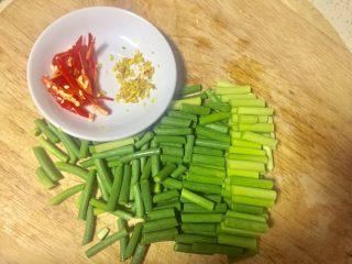 #年味#蒜苔炒腊肉,蒜苔洗净切短节,红椒切小条老姜切末