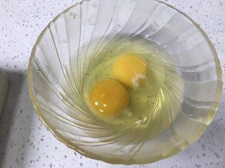 堡尔美克鸡蛋披萨杯,13、新鲜鸡蛋2个,打入碗中