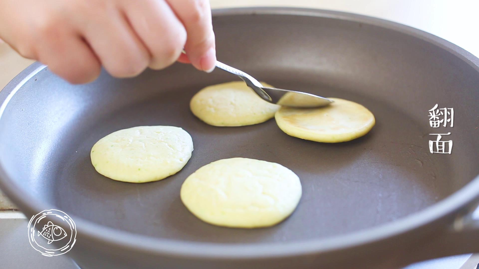 8m+小米饼(宝宝辅食),大概两分钟就可以翻面了哈,煎到两面金黄就可以出锅了哈~</p> <p>