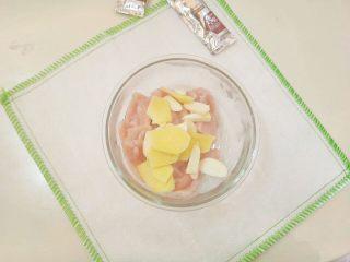 糖醋里脊肉片,里脊肉片装盘,放入姜片蒜片。