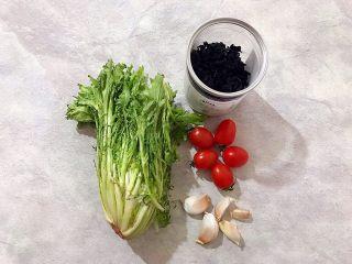 健康饮食の凉拌爽口小菜~苦菊裙带菜,首先我们准备好所有食材