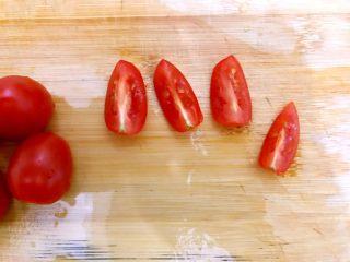 健康饮食の凉拌爽口小菜~苦菊裙带菜,小番茄洗净,如图所示,对半再对半切开