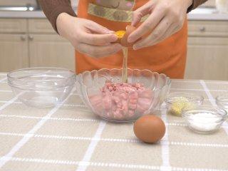 自制午餐肉,打2个鸡蛋,将鸡蛋清加入肉馅。(手法不熟练的,可以使用分单工具)