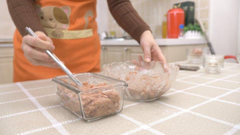 自制午餐肉,搅拌好的肉馅加入方形容器内,容器内抹一层食用油,方便脱模