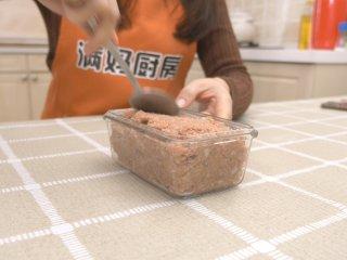 自制午餐肉,用勺子用力压实,这样做成的午餐肉不会出现空洞情况