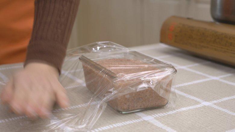 自制午餐肉,用保鲜膜包裹起来