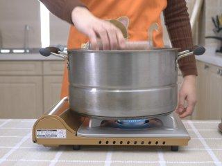 自制午餐肉,放入蒸锅 中火蒸40分钟