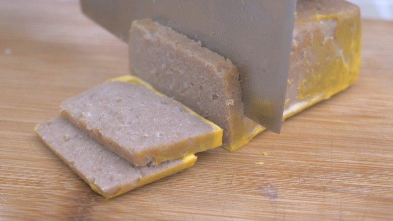 自制午餐肉,切成薄片,自己吃,喜欢切的厚一点,一口实实在在的感觉~