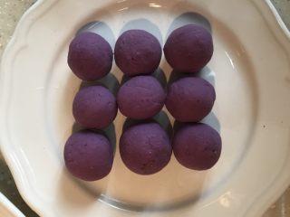 紫薯糖心糯米滋,全部包好,烧开一锅水