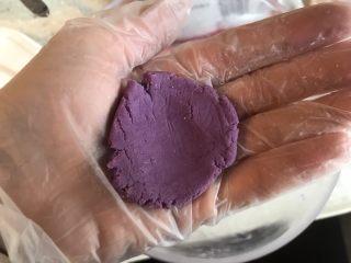 紫薯糖心糯米滋,取一小块,我分成了九份,在掌中用拇指按平