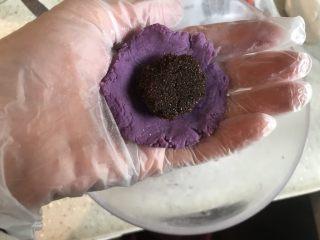 紫薯糖心糯米滋,加入红糖,注意包不能太薄,到时候煮好会露馅