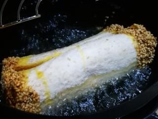 土司芋泥卷,锅中油热 将芋泥卷放入煎炸