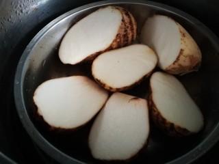 土司芋泥卷,芋艿洗净放入锅中隔水蒸熟