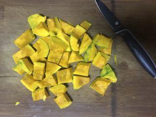 低糖舒芙蕾热松饼,南瓜洗净削皮去籽切成小块。