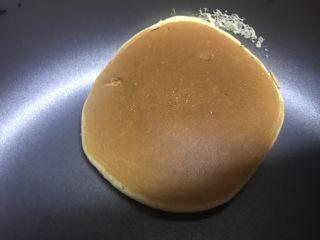 低糖舒芙蕾热松饼,翻面之后盖锅盖,再煎2分钟左右。即可出炉。