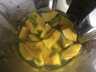 低糖舒芙蕾热松饼,放入破壁机,加水恰恰漫过南瓜。开起玉米汁程序,煮熟打成糊。