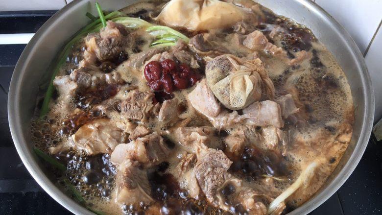 补血益气 强筋健骨 山药烧牛肉(附红烧牛肉详细做法),放入1勺(15g)番茄酱和调料包。