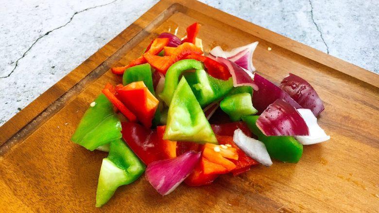 补血益气 强筋健骨 山药烧牛肉(附红烧牛肉详细做法),青红椒、洋葱切成块。