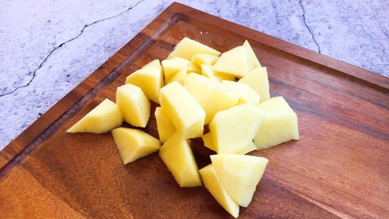 补血益气 强筋健骨 山药烧牛肉(附红烧牛肉详细做法),土豆切成滚刀块。