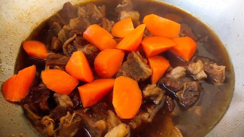 补血益气 强筋健骨 山药烧牛肉(附红烧牛肉详细做法),锅里留3人份的牛肉和适量的汤,放入胡萝卜,烧制5分钟左右。