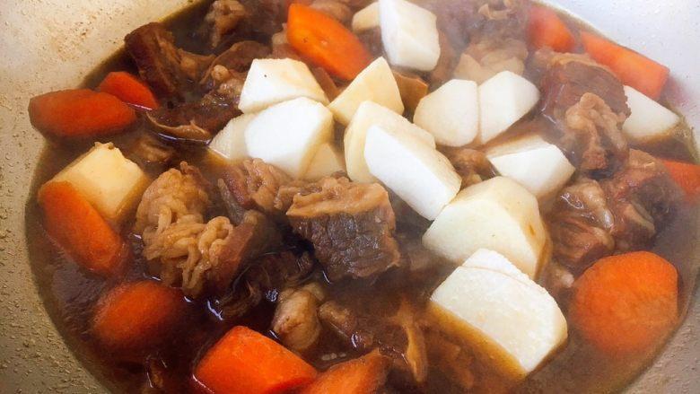 补血益气 强筋健骨 山药烧牛肉(附红烧牛肉详细做法),山药放入锅里烧制5分钟左右。