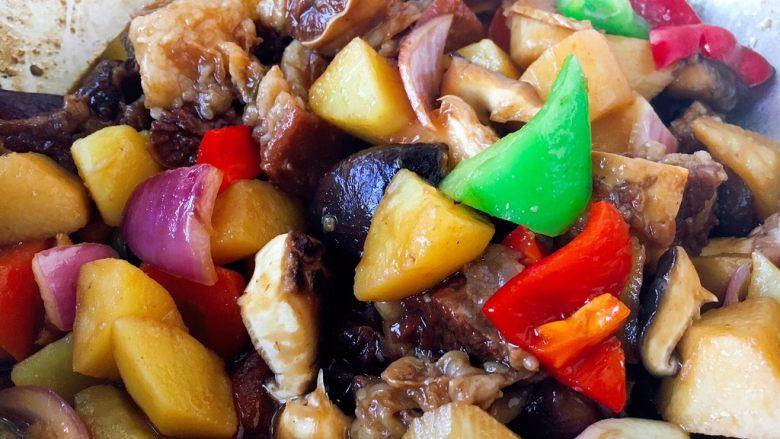 补血益气 强筋健骨 山药烧牛肉(附红烧牛肉详细做法),青红椒、洋葱放入锅里,烧制片刻即可。