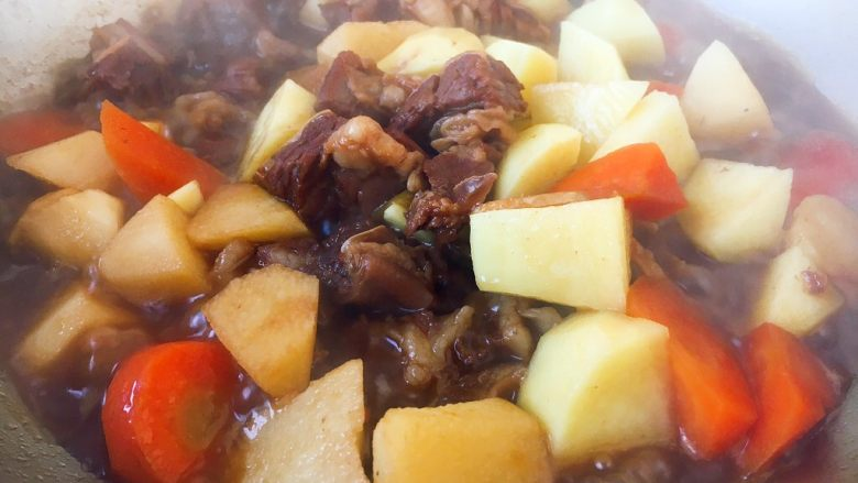 补血益气 强筋健骨 山药烧牛肉(附红烧牛肉详细做法),土豆放入锅里,与其它食材一同烧制10分钟左右。