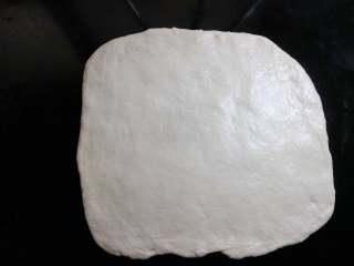 肉松面包卷,把松弛好的面团,擀开成正方形,跟烤盘大致等大,边缘上气泡拍掉。