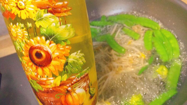 简单又粗暴的诱惑★麻辣香锅,焯的过程中,锅里下点油,这样保持菜的嫩绿。时间不要太长时间,8分熟就好。大概1分钟。