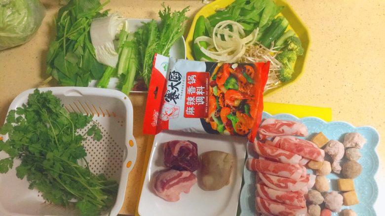 简单又粗暴的诱惑★麻辣香锅,哇塞!看看我们准备了多少东西,真丰盛。其实还可以再多几样,比如午餐肉,培根,海带,土豆条,地瓜条,粉条,腐竹,藕片,鹌鹑蛋,木耳和香菇,油条,豆皮,干豆腐等等。其实,你能想到的食材,只要是不违和,都可以加进来呢。这就跟麻辣烫和火锅一样,基本是来者不拒的。呵呵。