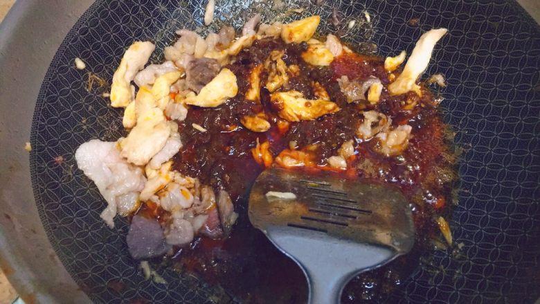 简单又粗暴的诱惑★麻辣香锅,然后把调料包都放进锅里,不断翻炒。