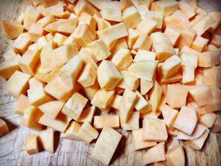 记忆里的香甜红薯饼,把红薯切成食指见宽的方丁