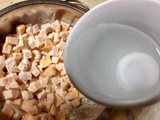 记忆里的香甜红薯饼,放入50克左右的水